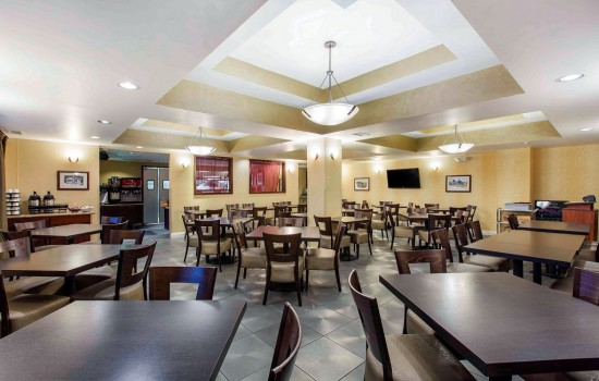 Welcome To The Oaks Hotel & Suites - Breakfast Area Seating