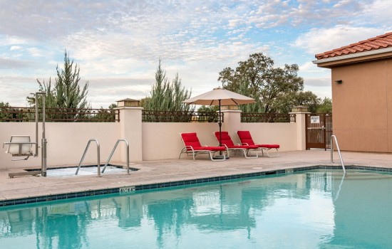 Welcome To The Oaks Hotel & Suites - Poolside Seating